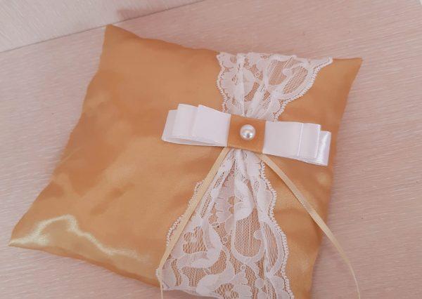 възглавничка за сватбени пръстени в златно
